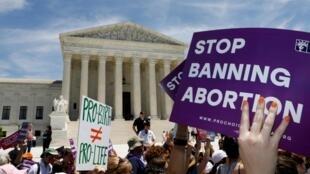 Protesto contra a revisão das leis que permitem o direito ao aborto nos Estados Unidos diante da Suprema Corte, em Washington.