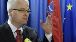 O presidente da Croácia Ivo Josipovic em conferência em Bruxelas, nesta sexta-feira (9).