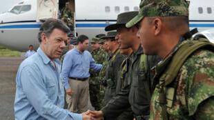 El presidente colombiano Juan Manuel Santos saluda a militares al llegar a Arauca, este 18 de marzo de 2012.