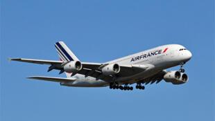 Air France quer economizar 2 milhões de euros até 2015.