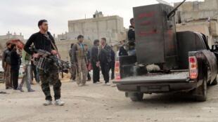 Des membres de l'Armée libre syrienne dans les rue de Homs, ce 29 février 2012.