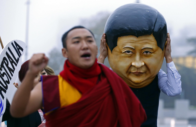 Một nhà sư Tây Tạng biểu tình phản đối trước trụ sở Liên Hiệp Quốc tại Genève - Reuters