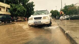 A Ouakam, les 4x4 parviennent à circuler sur les routes inondées.