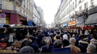 Mercado de Aligre, em Paris, estava lotado neste domingo (15/03/2020) como em qualquer outro, apesar da epidemia de coronavírus.