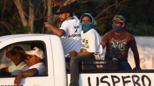 Les «vigilantes» ou milices d'auto-défense patrouillent dans la ville d'Apatzingan, dans le Michoacán, dont ils ont repris le contrôle des mains du cartel des Chevaliers du Temple.