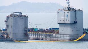 Barcaças foram posicionadas na região do naufrágio para tentar resgatar a balsa.