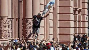 Admiradores de Maradona invadiram a Casa Rosada.