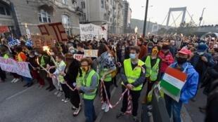Plus de 10000 Hongrois, des étudiants pour l'essentiel, on marché à Budapest contre le gouvernement Orban à l'occasion de l'anniversaire de l'insurrection de 1956.