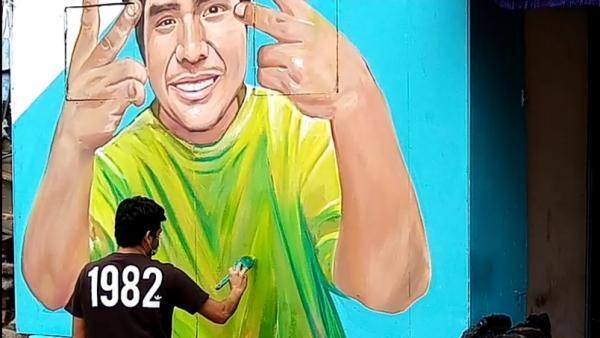 Daniel Manrique en train de peindre le portrait de Lutz Sherlock, un jeune homme de 20 ans mort des suites d'un cancer à l'estomac faute d'avoir été soigné dans des hôpitaux débordés par la pandémie.
