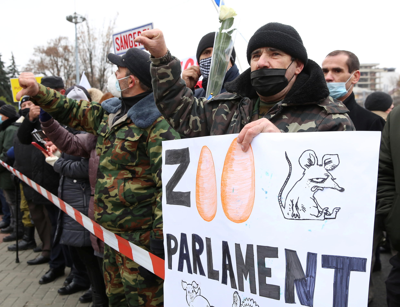 2020-12-06T121016Z_2006658113_RC2OHK9S8Y7A_RTRMADP_3_MOLDOVA-POLITICS-PROTESTS