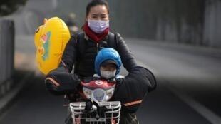 População usa máscaras em Pequim.