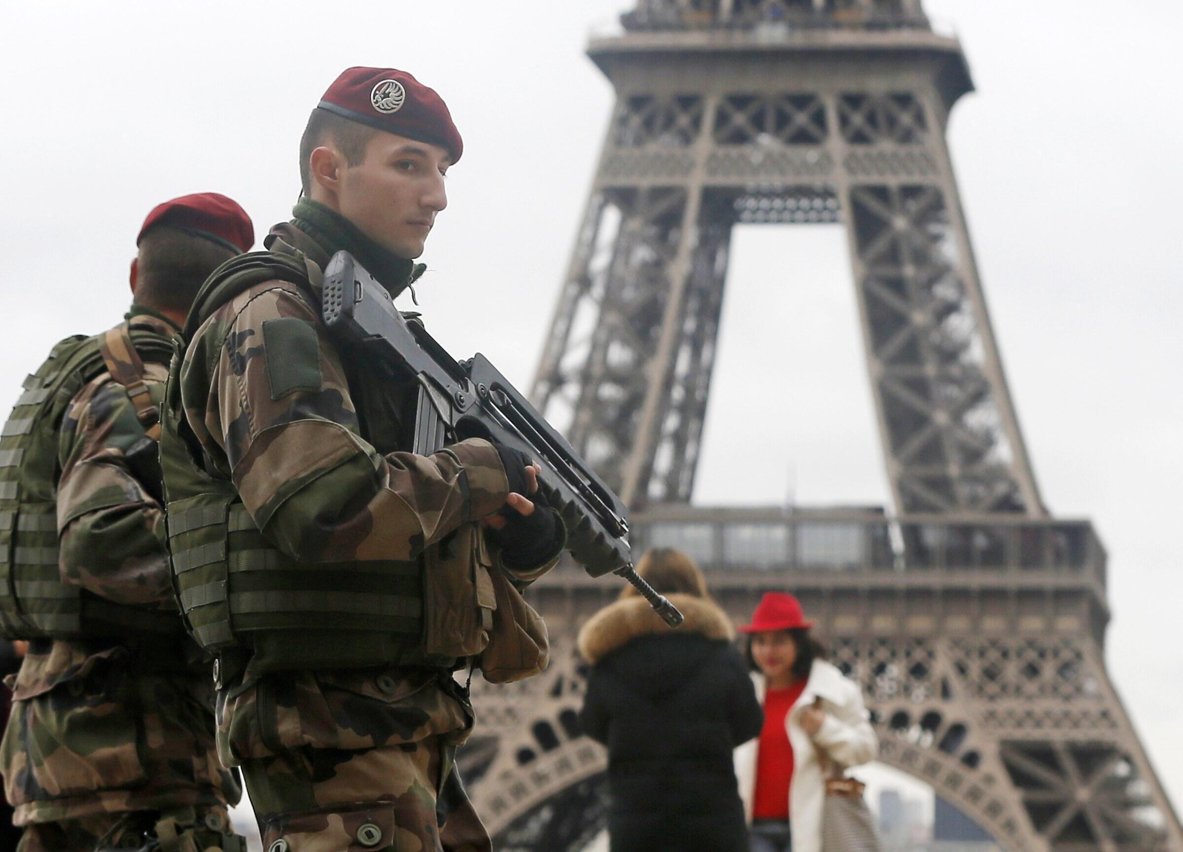 Militares fazem a segurança ao redor da Torre Eiffel neste sábado, 10 de janeiro.