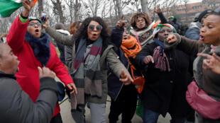 Des partisans de Laurent Gbagbo célèbrent sa libération devant la Cour pénale internationale de la Haye, le 1er février 2019.
