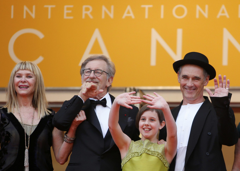 Spielberg và đoàn làm phim The BFG trên thảm đỏ Cannes ngày 14/05/2016.