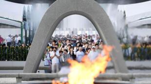 Người dân Nhật Bản cầu nguyện cho các nạn nhân vụ ném bom nguyên tử xuống Hiroshima, ảnh chụp ngày 06/08/2017.