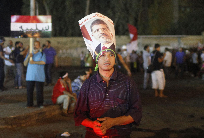 Les supporters de Mohamed Morsi restent mobilisés, ici dans la nuit du lundi au mardi 30 juillet, dans la banlieue du Caire, à Nasr city.