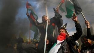 Des Palestiniens en colère manifestent dans les rues de Gaza, le 28 janvier 2020, contre le plan de paix américain.