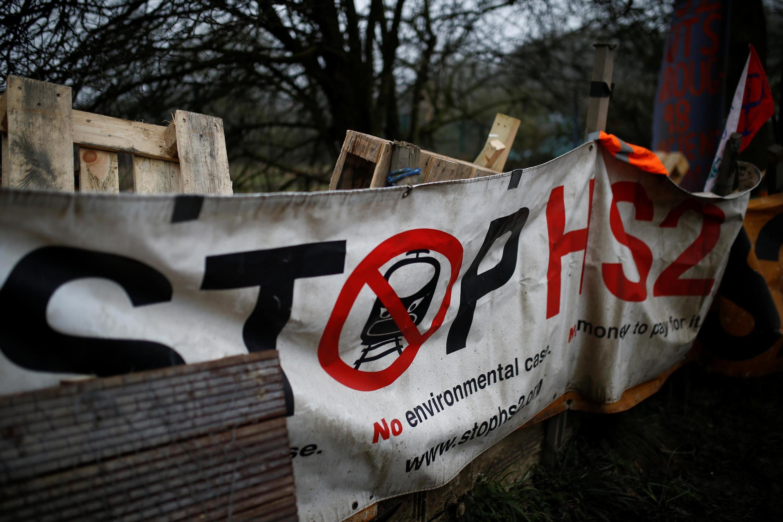 Une affiche contre la construction de la ligne à grande vitesse HS2 dans le camp d'Extinction Rebellion à Harefield, le 22 janvier 2020.