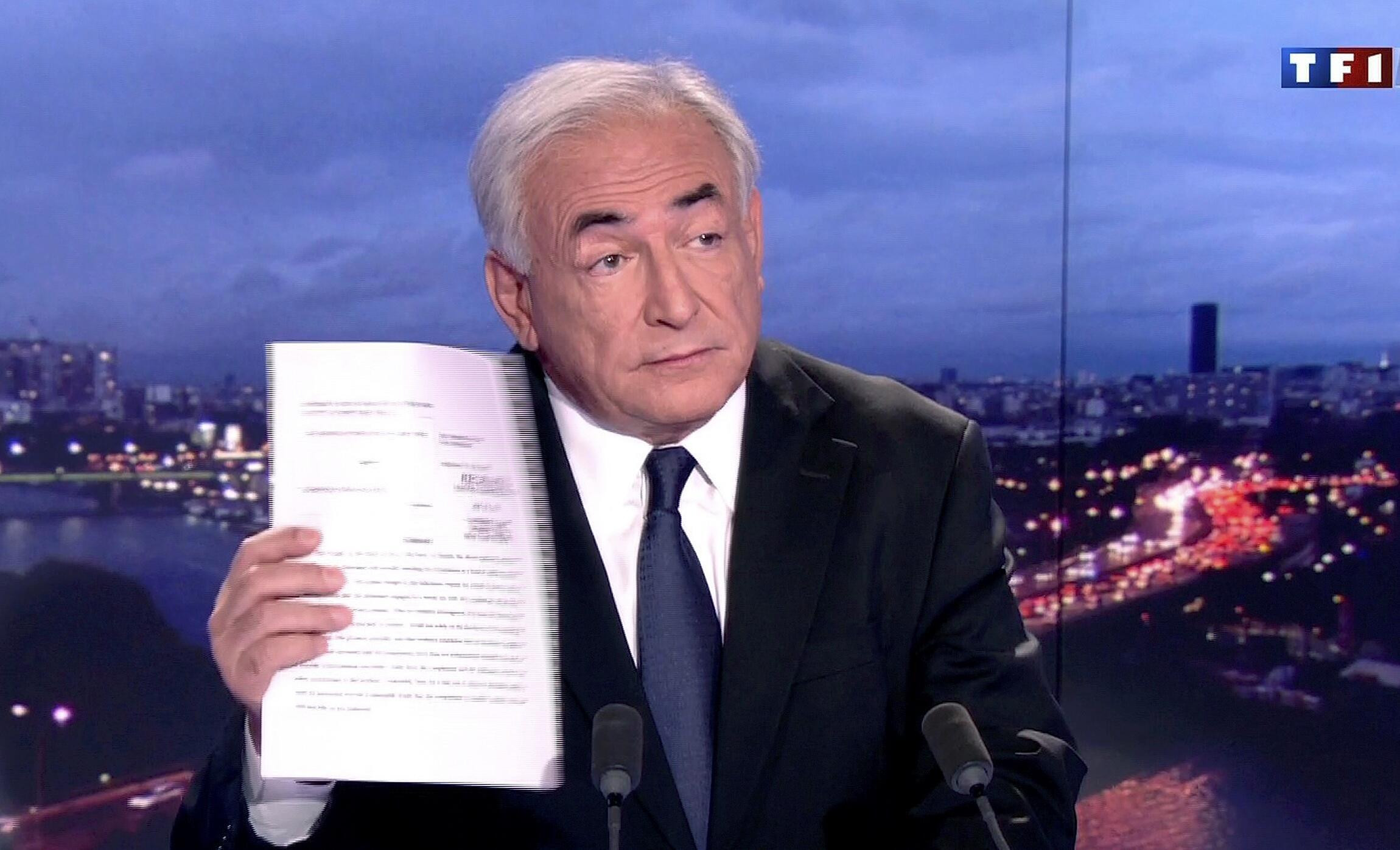 Dominique Strauss-Kahn exhibe un documento de la Fiscalía de Nueva York para reiterar su inocencia.
