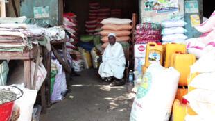 Un commerçant dans sa boutique du marché à Mil de N'Djamena où les stocks de denrées alimentaires s'amenuisent, le 3 novembre 2019, au Tchad.