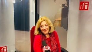 La romancière Estelle Monbrun en studio à RFI (mai 2019).