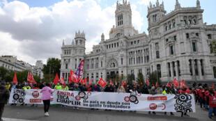 Miembros de los sindicatos UGT y CCOO sostienen la pancarta con el lema principal de la manifestación por el Día del Trabajo celebrada el 1 de mayo de 2021 en el centro de Madrid