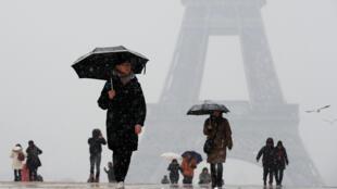 A neve que cai nesta terça-feira veio com intensidade em Paris.