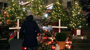 Um memorial improvisado foi erigido em volta da placa, com velas, flores, árvores de Natal e duas cruzes brancas de madeira.