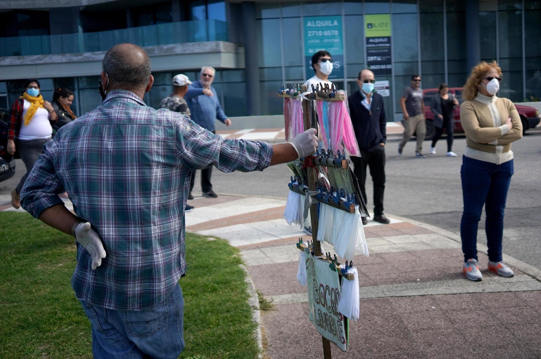 Un vendeur de masques dans les rues de Montevideo, en Uruguay, le 10 avril 2020.
