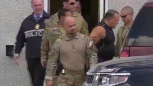 Nghi phạm Cesar Sayoc bị nhân viên FBI dẫn giải ra xe, ở Florida, ngày 26/10/2018.