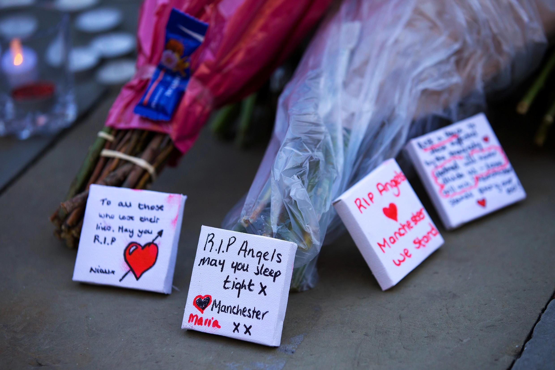 No centro de Manchester flores e mensagens de condolências foram deixados para as vítimas do ataque de Segunda-feira à noite.