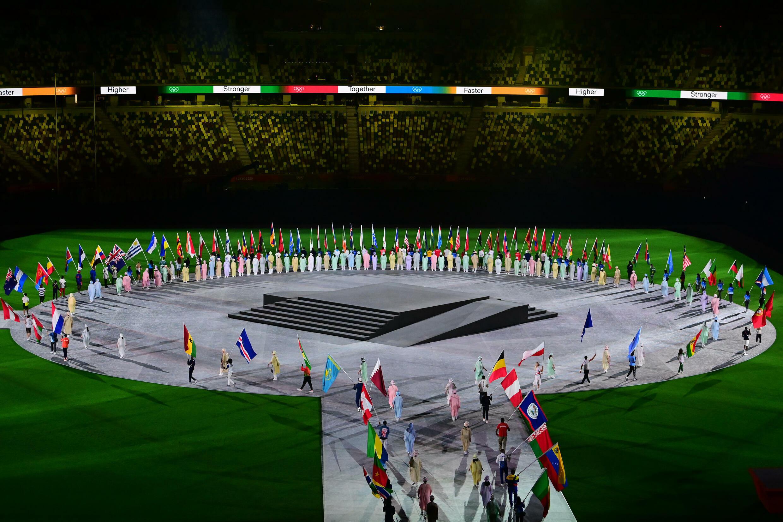 Los abanderados entran en el campo para la ceremonia de clausura de los Juegos Olímpicos de Tokio 2020, en el Estadio Olímpico, el 8 de agosto de 2021
