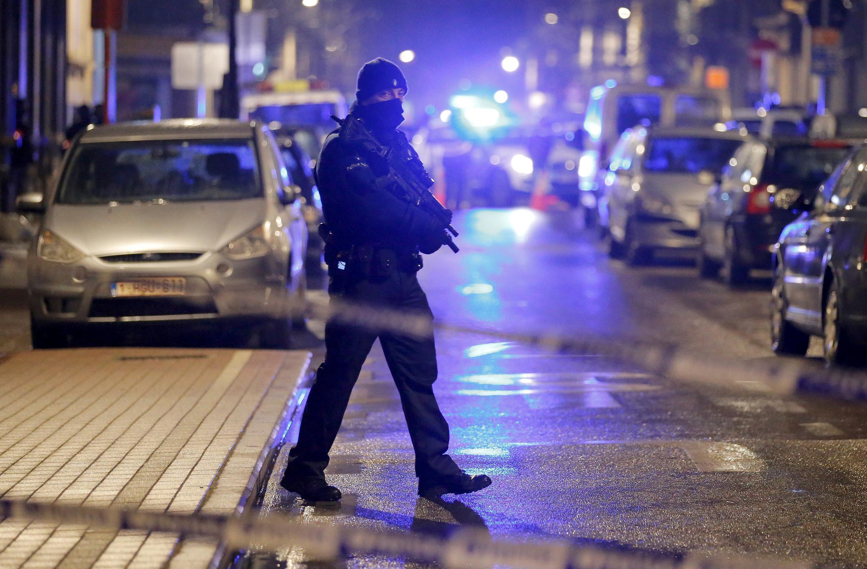 Un policier belge cagoulé lors des opérations antiterroristes à Schaerbeek, le 25 mars 2016.