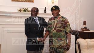 Robert Mugabe et le chef d'état-major le général Chiwenga, à la State House d'Harare le 16 novembre 2017.