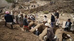 Yemenitas preparan las tumbas de las  víctimas del bombardeo en el barrio de Okash, en la capital Saná el 4 de abril.