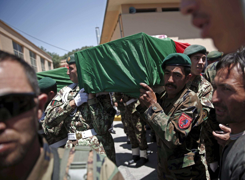 Les funérailles militaires d'un des policiers tués lors de combats avec les talibans dans le district de Jalrez. Kaboul, le 4 juillet 2015.