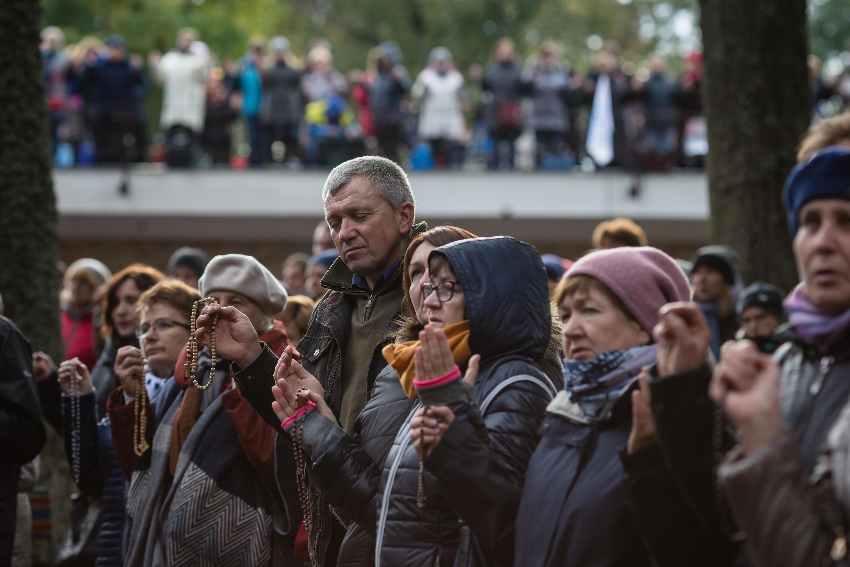 Des catholiques réunis pour le «Rosaire aux frontières» dans le sanctuaire de Koden, dans l'est de la Pologne, le 7 octobre 2017.