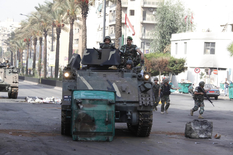 Tropas do exército libanês patrulham as ruas da capital Beirute.