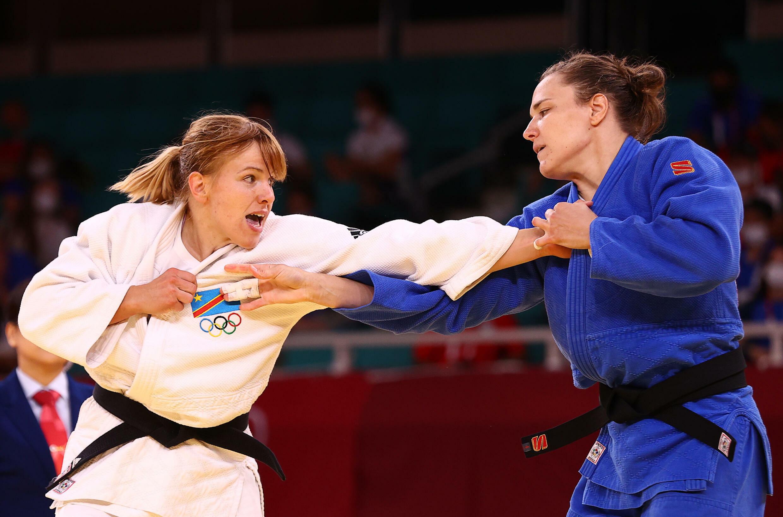 La judoka congolaise Marie Branser (en blanc) face à la Russe Aleksandra Babintseva, aux Jeux olympiques de Tokyo, le 29 juillet 2021.