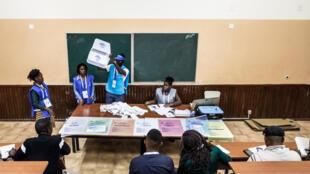 Un assesseur présente l'urne vidée lors du dépouillement des élections à Luanda, en Angola, le 23 août 2017.