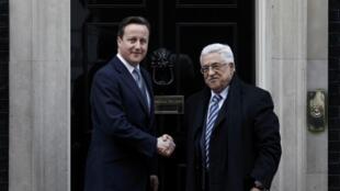 Le Premier ministre britannique David Cameron (g) et le président de l'Autorité palestinienne Mahmoud Abbas (d) devant le 10, Downing Street, à Londres, le 16 janvier 2012.