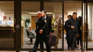 Cảnh sát đưa người ra khỏi phiên tòa xem xét đơn xin tại ngoại của giám đốc tài chánh Hoa Vi Mạnh Vãn Châu, ngày 11/12/2018 tại Vancouver (British Columbia, Canada).