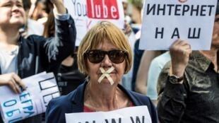 Une manifestante dans le centre de Moscou le 23 juillet 2017 pour la liberté d'internet.