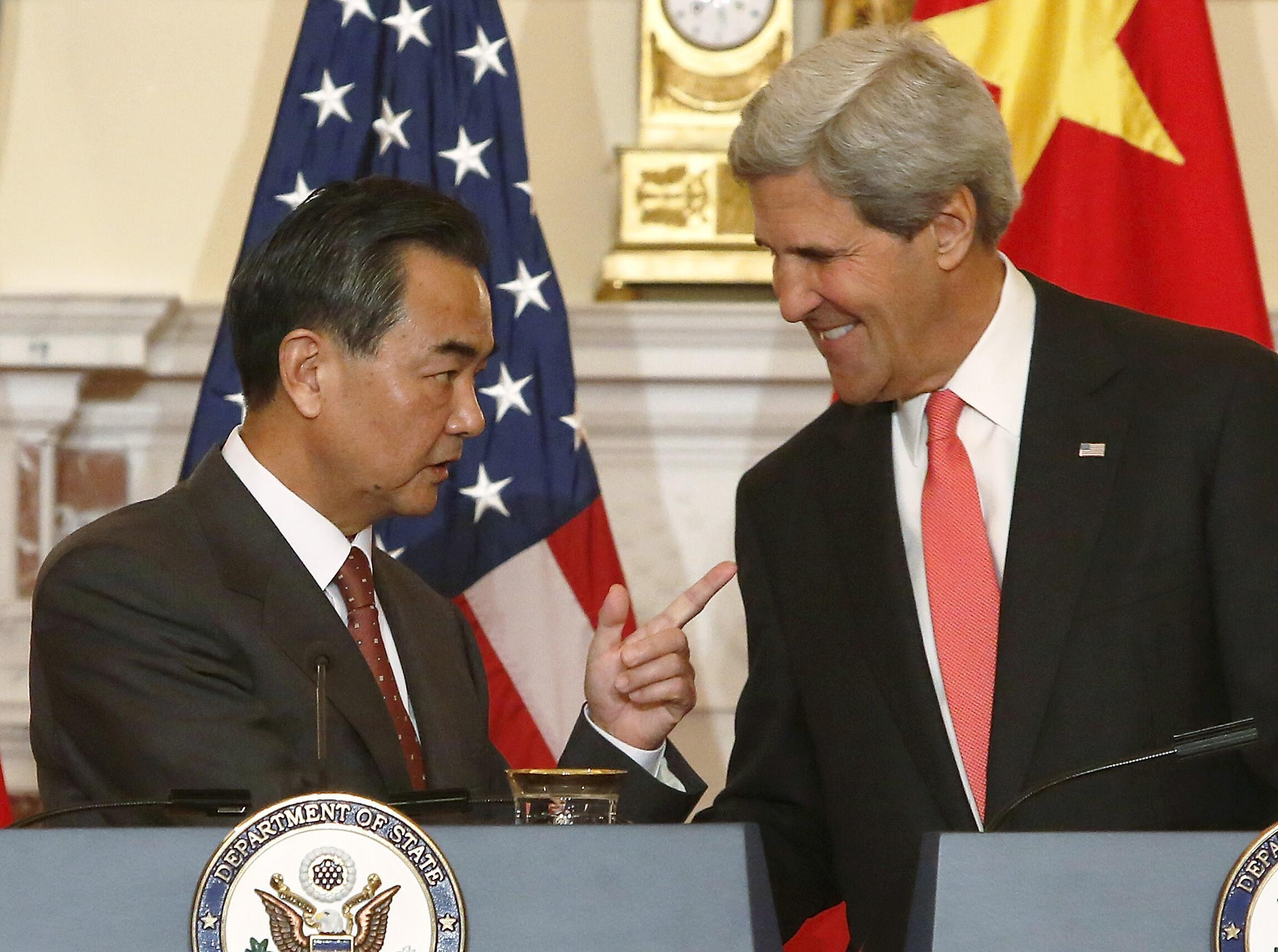 Ngoại trưởng Trung Quốc Vương Nghị (trái) và đồng nghiệp Mỹ John Kerry tại Washington trước cuộc gặp song phương ngày 19/9/2013.