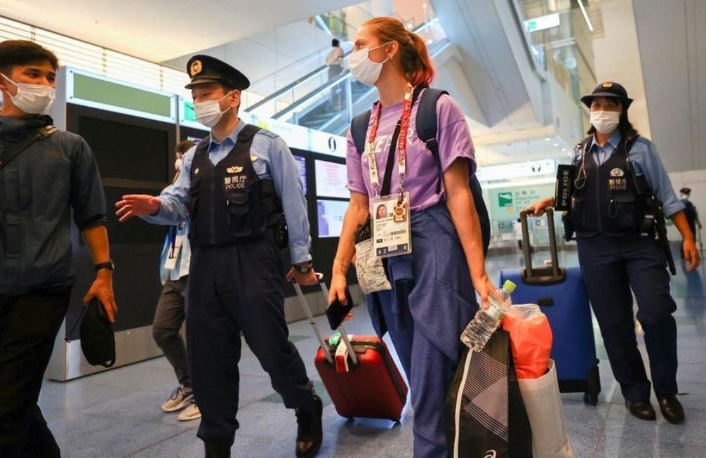 白俄羅斯運動員齊馬努斯卡婭與日本警察在東京羽田機場