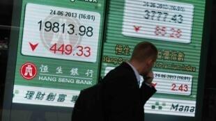 Sàn giao dịch chứng khoán Hồng Kông - REUTERS /Bobby Yip