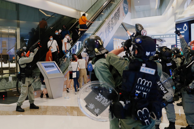 Протест начался в здании торгового центра. Полиция распылила слезоточивый газ. 10 мая 2020, Гонконг.