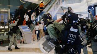 """2020年5月10日香港民众在商业中心举行""""和你sing""""活动纪念反送中一周年和警方发生冲突"""