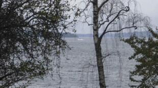 Photographie prise par un amateur et révélée par le ministère suédois de la Défense montrant une «activité suspecte» (au centre) dans la mer Baltique, le 19 octobre 2014.