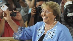 A socialista Michelle Bachelet vence o segundo turno das eleições presidenciais no Chile.